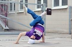在街道上的Breakdancer 库存图片