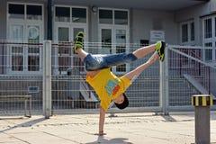 在街道上的Breakdancer 库存照片