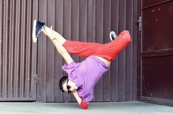 在街道上的Breakdancer 免版税库存照片