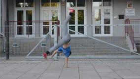 在街道上的Breakdancer 影视素材