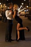 在街道上的Engaged亲吻的夫妇 免版税库存图片