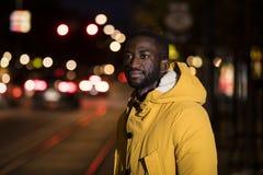 在街道上的Hansome黑人在晚上 图库摄影