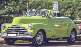 在街道上的HDR照片美国经典汽车在哈瓦那古巴 免版税库存照片