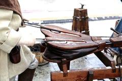 在街道上的Heatrical表现为显示和训练的目的在blacksmithing,手工制造毛皮膨胀的 免版税库存照片