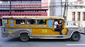 在街道上的Jeepney在马尼拉 图库摄影