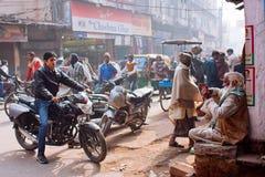 在街道上的Moto司机有人疯狂的交通的  库存图片