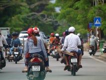 在街道上的Motocycles在世界文化遗产颜色市越南 库存图片