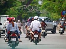 在街道上的Motocycles在世界文化遗产颜色市越南 库存照片