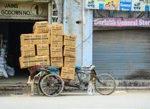 在街道上的pedicab运载的物品在阿姆利则,印度 免版税图库摄影