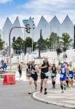 在街道上的Triathletes在第一三项全能什切青种族期间 免版税库存图片