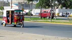 在街道上的Tuk-tuk汽车 免版税库存图片