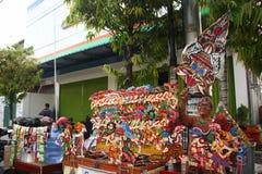 在街道上的Wayang Kulit卖主,当陈列他们销售的产品在Tegal/中爪哇省,印度尼西亚,时 免版税库存图片
