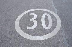 30在街道上绘的限速标志 库存照片