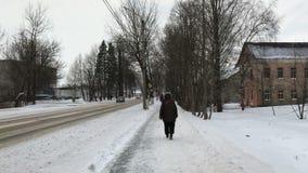 在街道下的步行在冬天 股票视频