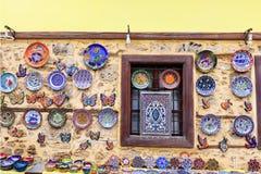 在街道义卖市场的手工制造陶瓷显示 库存图片
