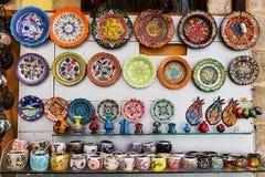 在街道义卖市场的手工制造陶瓷显示 库存照片
