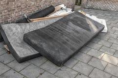 在街道倾销的使用的床垫 免版税库存照片