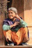 在街道加德满都, 2014年4月03日的尼泊尔上的尼泊尔妇女 图库摄影