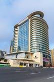 在街道和假日酒店旅馆和里海旅馆上的看法在中心城市巴库 阿塞拜疆 免版税库存图片