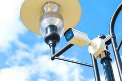 在街道和公园上的CCTV照相机 在人群的面貌识别系统 库存照片