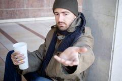 在街道和请求安装的无家可归者慈善 库存图片