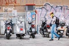 在街道和滑行车停放的摩托车 库存图片