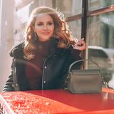 在街道咖啡馆的完善的红头发人在晴朗的冬日 库存图片