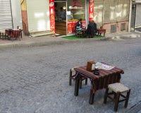 在街道咖啡馆的早餐与读在报纸的新闻 早晨城市仪式 图库摄影