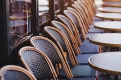 在街道咖啡馆的椅子在欧洲 免版税库存照片