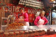 在街道咖啡馆的法国快餐 巴黎,圣诞节市场 免版税库存照片