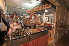 在街道咖啡馆的法国甜点 巴黎 免版税库存照片