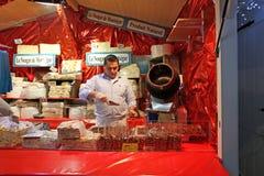 在街道咖啡馆的法国甜点 巴黎 库存图片