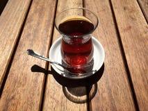在街道咖啡馆的茶在nisantasi 库存照片
