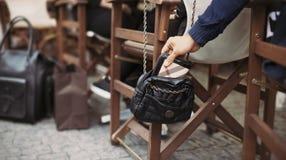 在街道咖啡馆的Pickpocketing在白天期间 库存图片