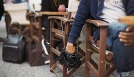 在街道咖啡馆的Pickpocketing 免版税库存照片