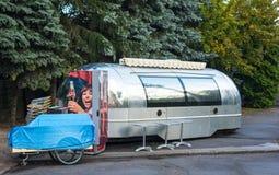 在街道咖啡馆附近的早晨,银色食物卡车,椅子 第19 2010个他的可能临近很快修理俄国圣徒的彼得斯堡的海滩小船日年长芬兰渔夫捕鱼海湾 免版税图库摄影