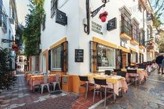 在街道咖啡馆附近的空的桌,位于镇历史零件狭窄的街道  免版税库存图片