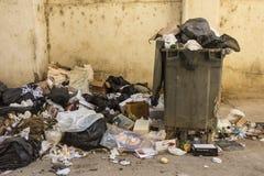 在街道哈瓦那上的发恶臭的垃圾 免版税库存图片