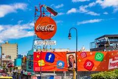 在街道在圣何塞,肋前缘Ric上的五颜六色的商业标志 免版税图库摄影