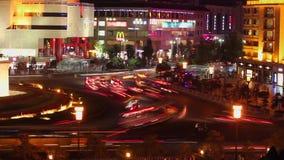 在街道在晚上,西安,陕西,中国上的城市交通 股票录像