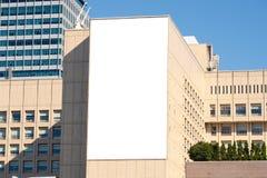 在街道墙壁上的大空白的广告牌 免版税库存照片