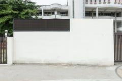在街道墙壁上的大空白的广告牌 免版税库存图片