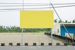 在街道墙壁上的大空白的广告牌 图库摄影