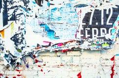 在街道墙壁上的被抓的广告作为背景 免版税库存图片