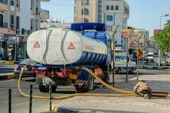 在街道工作的污水卡车 洪加达 埃及 库存照片