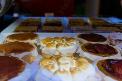 在街道市场卖的蛋糕 免版税库存照片