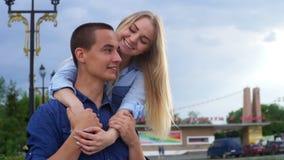 在街道愉快的慢动作的爱恋的夫妇 股票视频