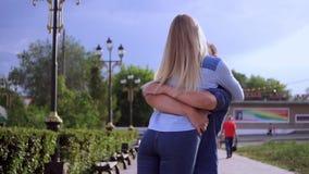 在街道愉快的慢动作的爱恋的夫妇 股票录像