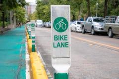 在街道或路的自行车或自行车车道 库存照片