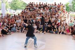 在街道战斗节日的人舞蹈 库存图片